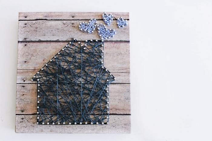 modèle d'accessoire décoratif fait maison à partir d'une planche de bois fil et clous en forme de maison et coeurs