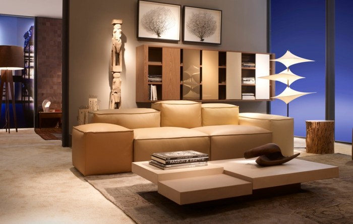 canapé salon beige, table basse design, tapis marron, objet de decoration salon original, peinture murale bleue