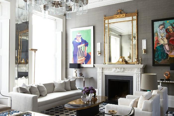 objet deco pour salon gris clair, cheminée blanche, miroir encadré doré, cadre peinture, sofa et fauteuils couleurs claires