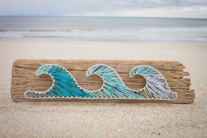 modèle de tableau en bois fait main avec une jolie décoration marine en fil turquoise et blanc en forme de vagues