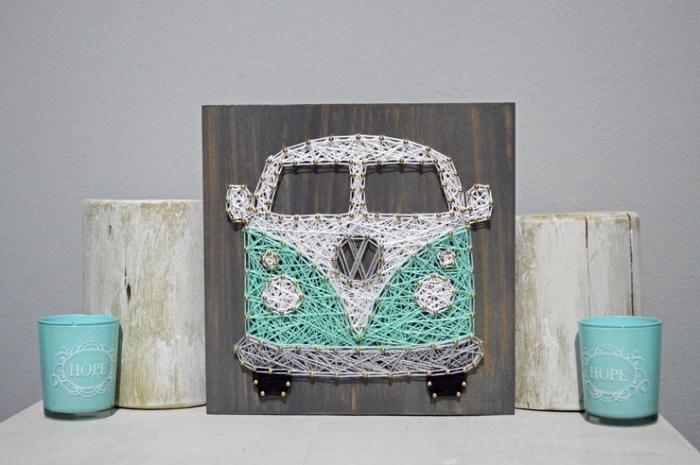 joli déco de maison avec petits bougeoirs et un tableau décoratif en bois foncé, modèle de création en fil à design bus hippie