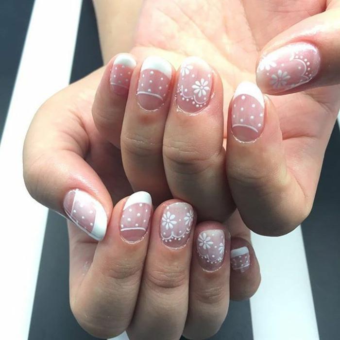 manucure française lilas et blanc, manucure demi-lune avec flocons de neige et fleurs