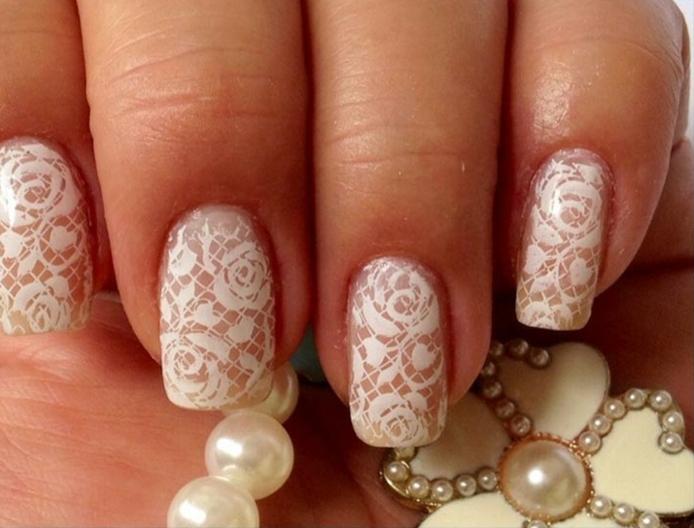 manucure en dentelle avec motifs roses, perles blanches, manucure de mariée chic