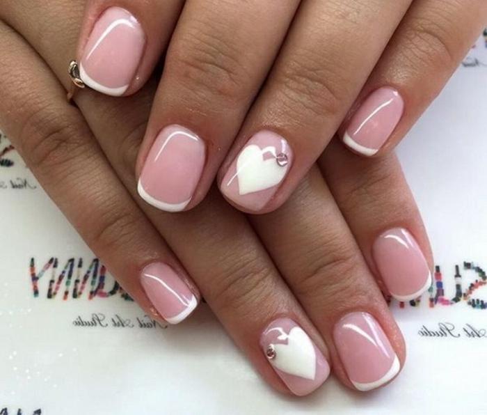 ongles roses avec déco coeurs blancs, manucure pour ongles courts, deco ongle tendance