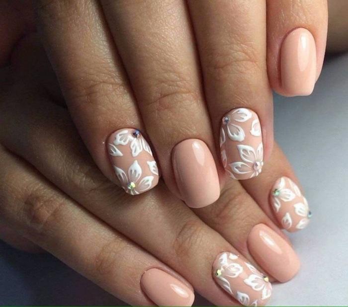 manucure de mariage chic en blanc et rose, dessin floral, jolie décoration pour les ongles