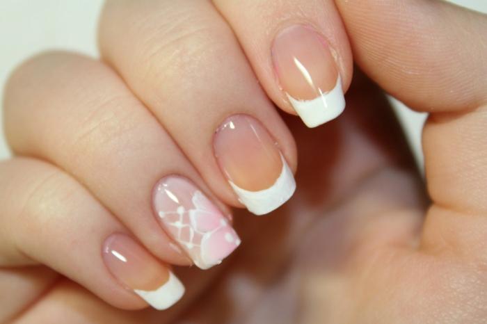 bordures blanches et ongles roses avec décoration pour le jour j, manucure design épuré