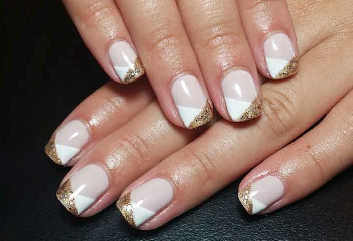 design de manucure géométrique, bordures en blanc et pailleté, ongles courts