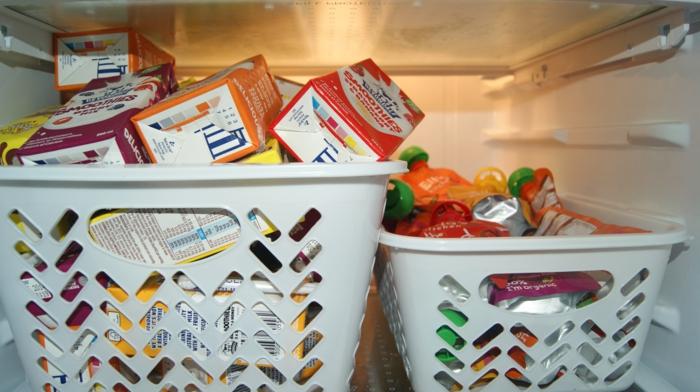 deux boites en plastique grise de taille différente, petite et grande pour ranger les produits alimentaires dans le frigo, solution rangement gain d'espace, meuble cuisine rangement