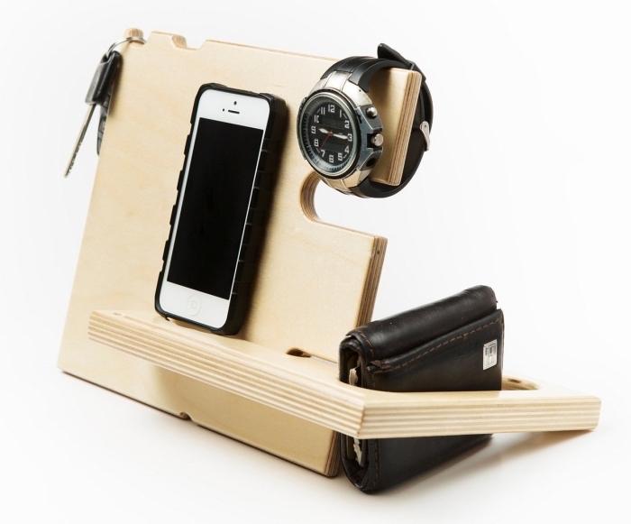 modèle de support organisateur de bureau en bois clair pour arranger ses accessoires et son téléphone portable