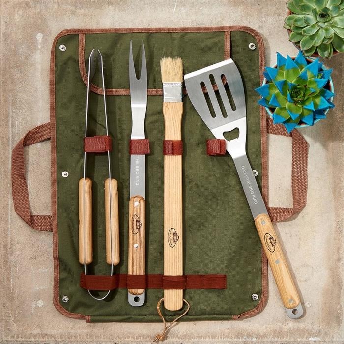set d'ustensiles pour barbecue à poignées de bois clair, exemple de poche avec emplacement pour ustensiles bbq