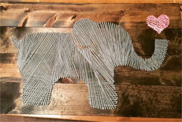 idée comment décorer la chambre d'enfant avec un joli panneau de bois foncé fait main en fil gris de forme éléphant