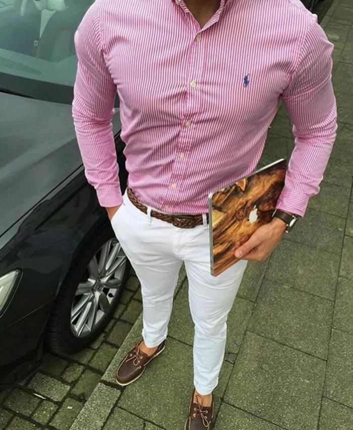 chemise rose a rayures verticales blanches marque Ralph Lauren, tenue homme chic, pantalon blanc cigarette, avec ceinture marron, mocassins marron et blanc
