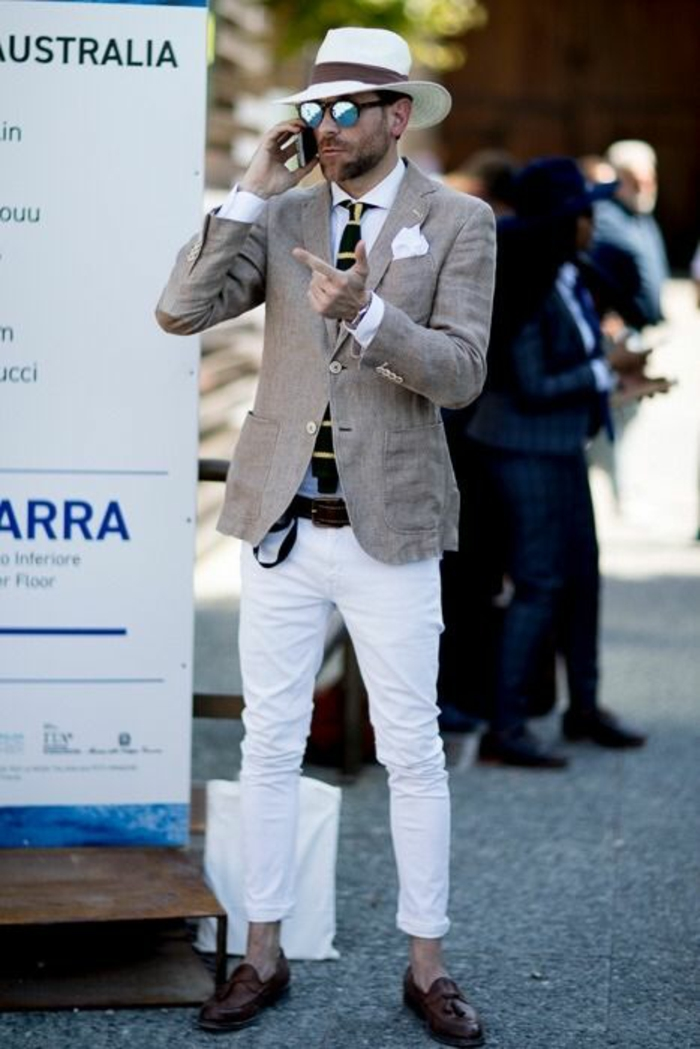 vetement pour homme chic, veste en lin couleur beige avec mouchoir pochette blanc, pantalon blanc, chaussures marron foncé, ceinture marron
