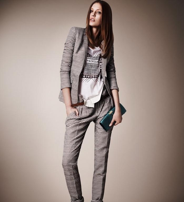 idée pour une tenue entretien femme de style business casual avec tailleur gris rayé et t-shirt moderne en blanc et noir