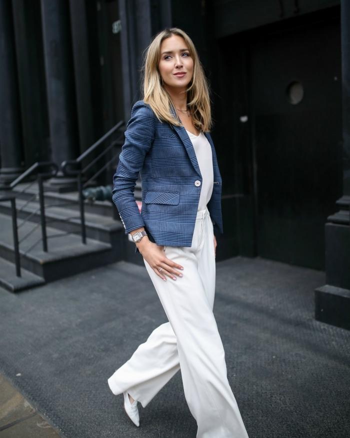 idée pour une tenue décontractée chic femme en tailleur blanc à pantalon fluide et blazer bleu à design rayé
