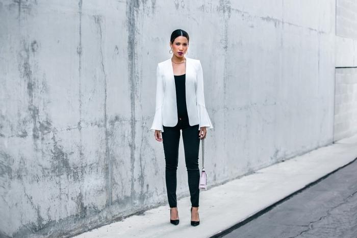 style vestimentaire femme à adopter pour un interview, vision élégante en pantalon et top noir combinés avec blazer blanc