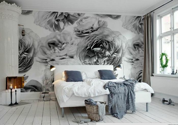 chambre avec plancher en bois, lit blanc, panier rustique, deux bougeoirs antiques, lampes de chevet noires, grande fenetre, papier peint roses