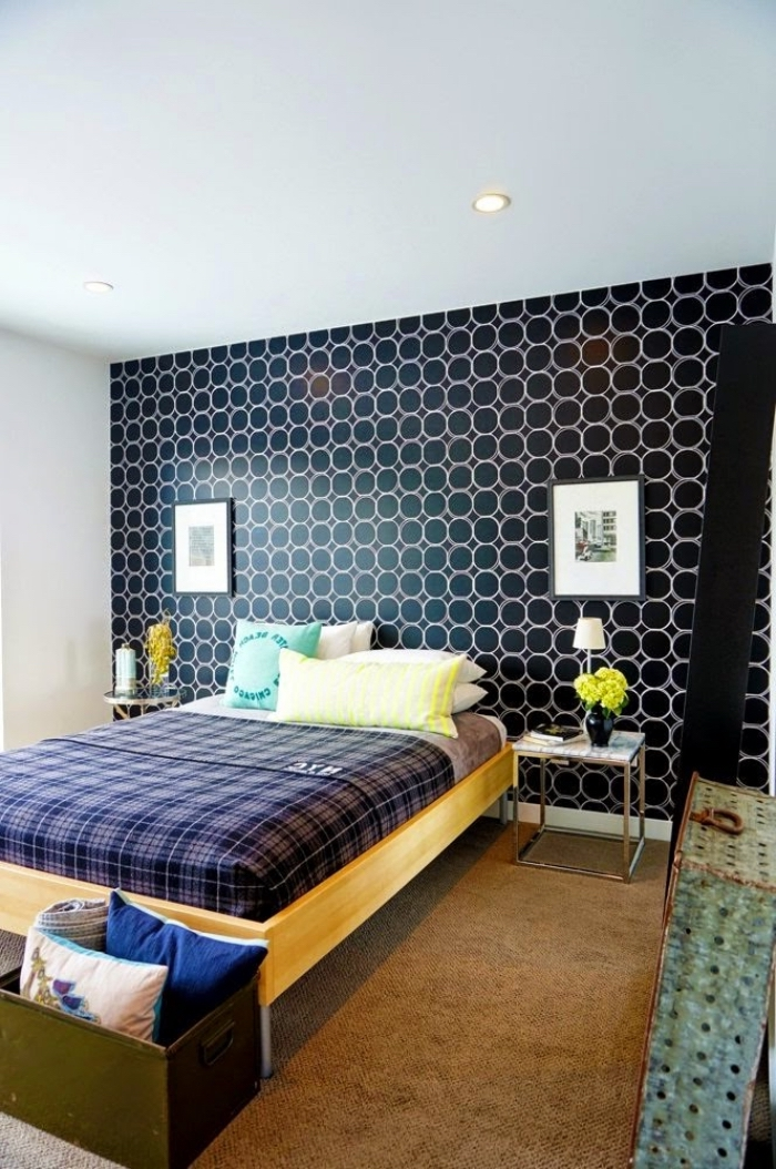 joli papier peint graphique déposé sur un seul pan de mur en tête de lit originale pour un joli effet vintage dans la chambre à coucher, une tete de lit diy réalisé avec du papier peint sur un mur d'accent