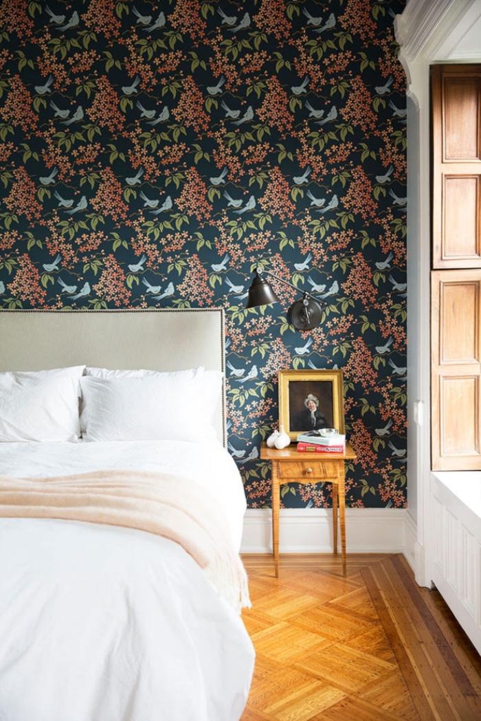 donnez du caractère et de la profondeur à une petite chambre à coucher avec un papier peint adhésif à motif végétal, idée déco pour faire une tete de lit en papier peint autocollant