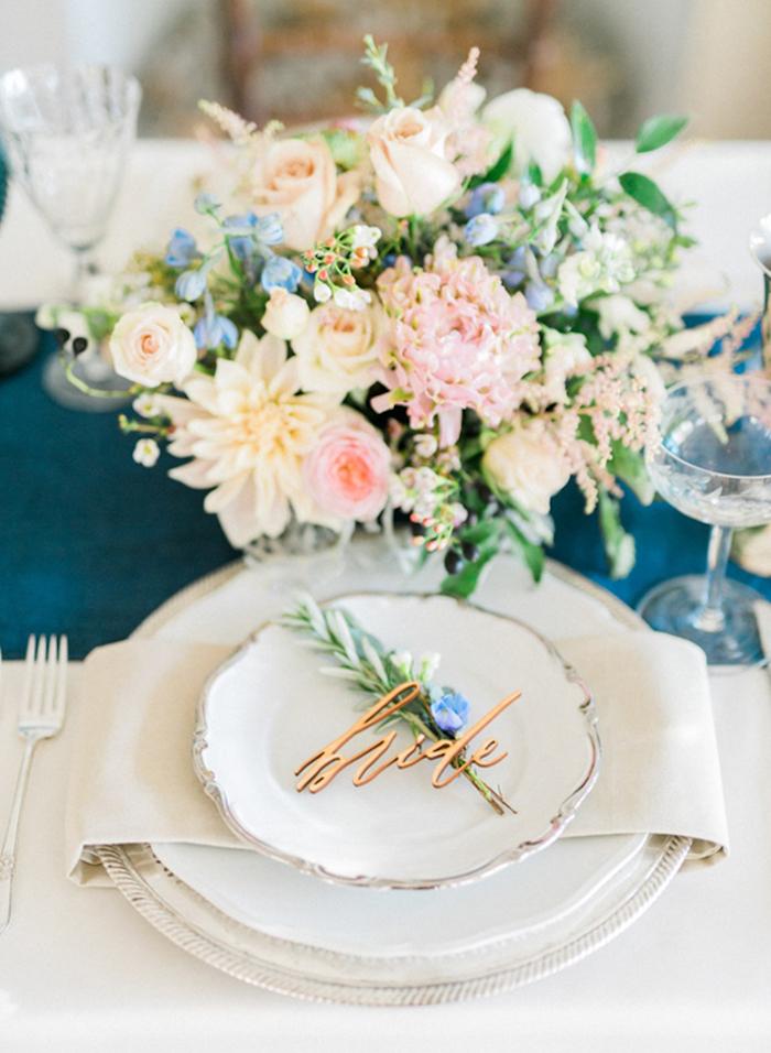Comment décorer la table mariage idée marque place mariage menu mariage chouette idée déco vase avec fleurs pastel