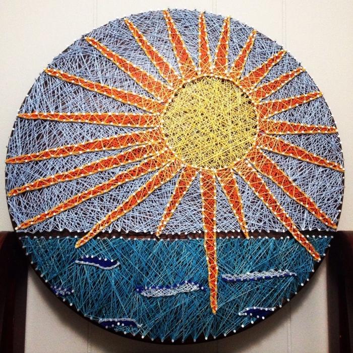 modèle d'objet décoratif DIY fabriqué en planche de bois ronde avec paysage soleil et mer fait avec technique fil