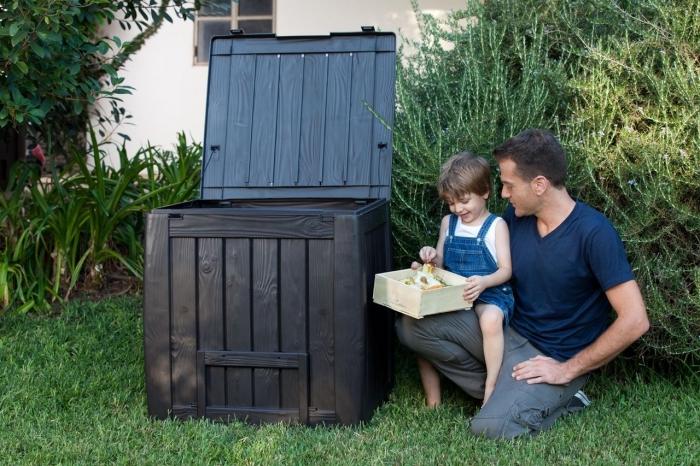 idée jardinage éco pour toute la famille avec un composteur de bois ou en plastique installé dans le jardin