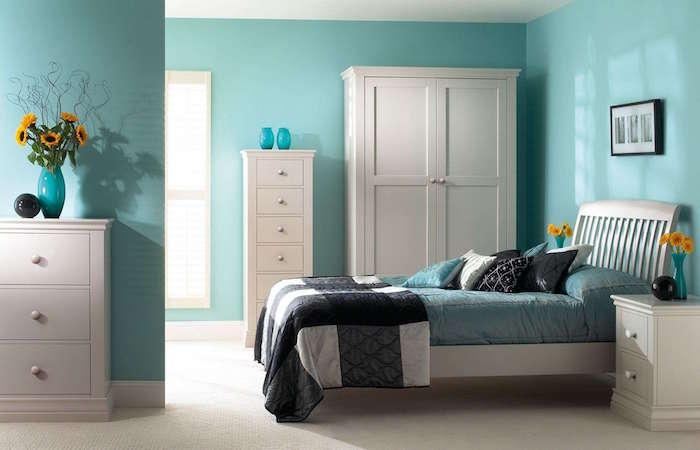 peinture mur chambre avec peinture mur bleu turquoise et déco simple