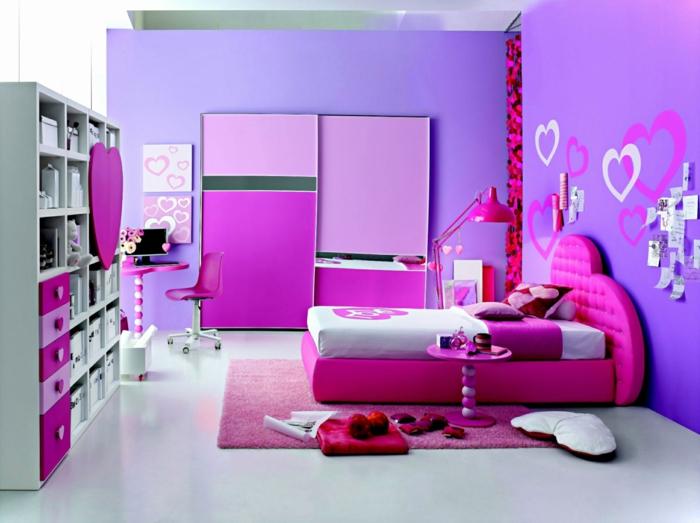 deco de chambre fille ado, comment décorer sa chambre, murs lilas, des gros cœurs en blanc et fuchsia dessinés aux murs, lit revêtu de satin fuchsia avec tete en forme de grand cœur