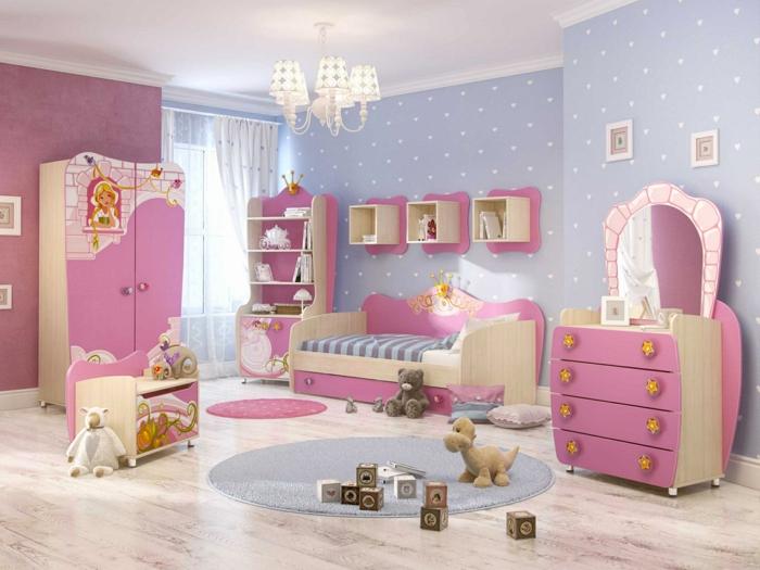 déco chambre fille ado, peinture chambre fille, deco de chambre fille ado, parquet pvc en nuances beiges et marron, lustre avec cinq petits abat-jours, tapis rond en bleu pastel