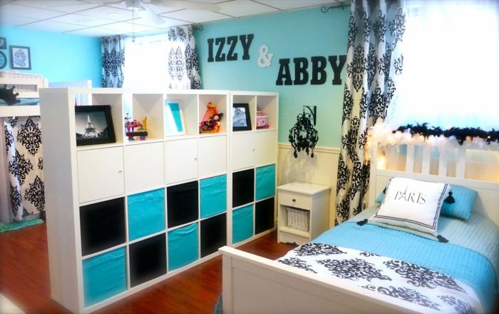 deco de chambre fille ado en turquoise et blanc avec des inscriptions avec les noms aux murs, meuble séparateur d'espace en turquoise, blanc et noir, couverture lit en turquoise, blanc et noir