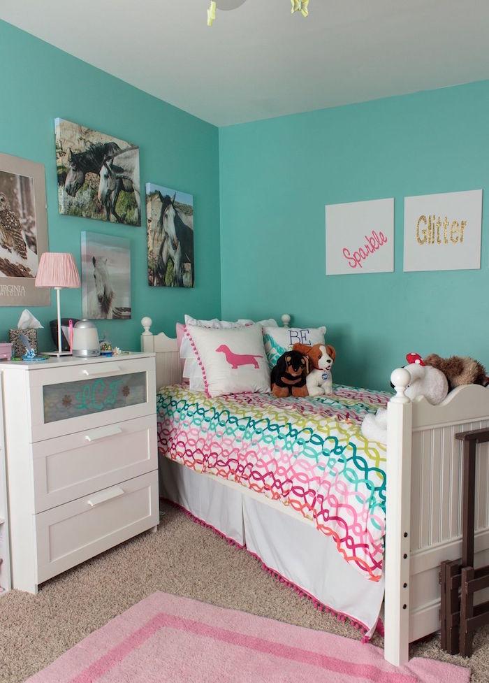 peinture deco chambre pour fille avec murs turquoise moquette beige et couette multicolore