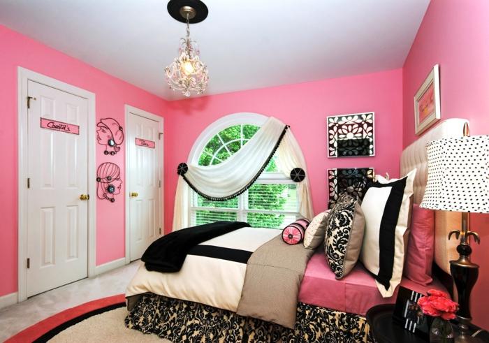 deco de chambre fille ado, peinture chambre fille, murs roses, deux portes blanches, lustre baroque avec frise en noir, lit matelas haut, luminaire sur pied avec abat-jour blanc