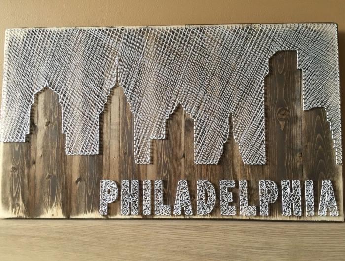 idées loisirs créatifs avec bois et fil blanc, modèle de tableau en bois foncé et fil blanc en forme de ville avec lettres Philadelphia