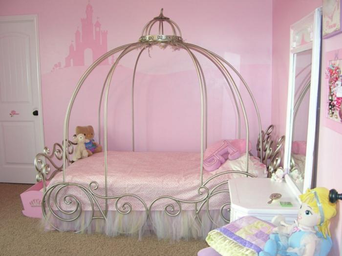 comment décorer sa chambre dans le style d'un conte, Cendrillon et son chariot, murs en rose avec un château dessiné, meuble blanc avec grand miroir rectangulaire, poupée en tissu, des peluches animaux