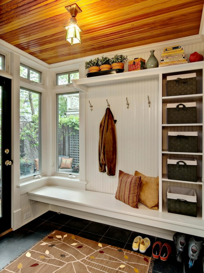 étagère entrée blanche, accroche vêtement, paniers de rangement noirs, pots de fleurs et plafonnier original