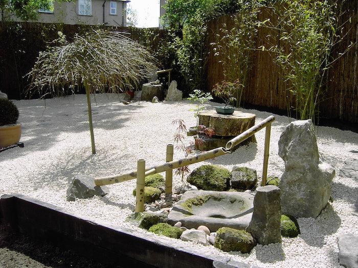 jardin Karesansui japonais avec sol en graviers et fontaine en bambou Kakei