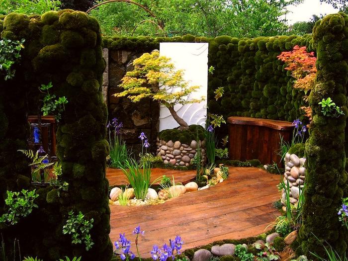 exemple jardin à la japonaise soigné avec mur de mousse sol en parquet bois et plantes et fleurs
