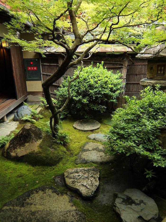 jardin Tsukiyama japonais vrt avec sol en mousse avec pierre Tobi-ishi Sekimori-ishi kakei