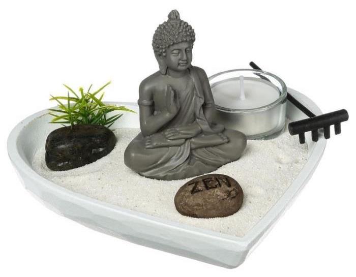 jardin asiatique en forme de coeur avec sable blanc figurine bouddha et rateau noir