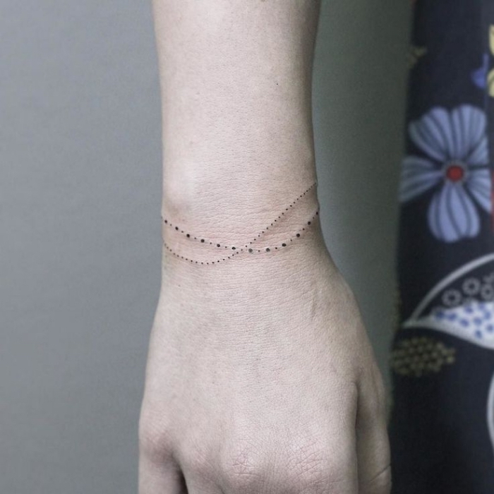 modèle de tatouage à imitation bijou pour le corps féminin, exemple de dessin en encre en forme de bracelet en perles