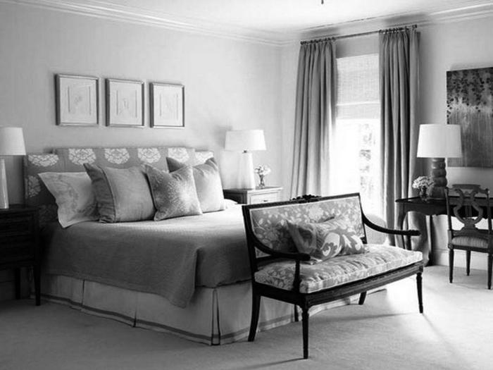 chambre grise, banquette avec dossier, petite coiffeuse baroque avec une lampe de table