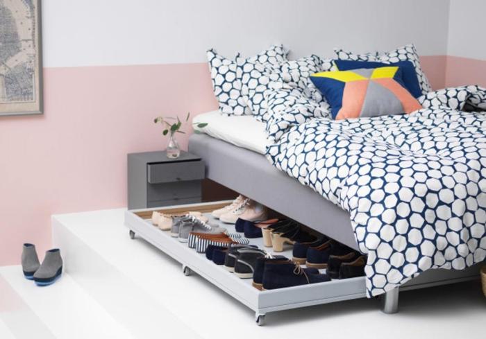 ikea meuble chaussure fonctionnel et discret, un tiroir à roulettes pour optimiser l'espace sous le lit