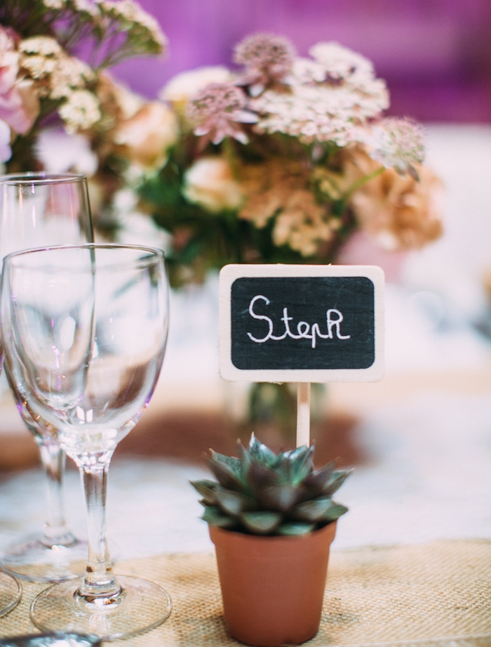 idée de porte nom mariage en pot de fleur succulent, nappe blanche, toile de jute, déco de bouquets de fleurs, petite tablette peinture ardoise