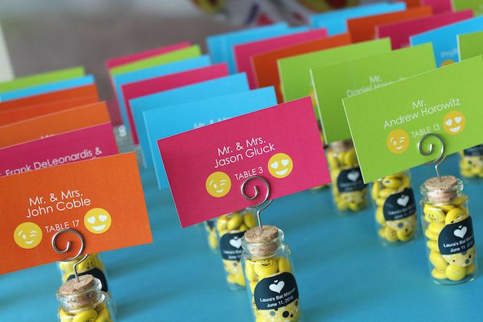 décoration de table pas cher en petites fioles remplis de bonbons smiley et carton avec nom invité coloré