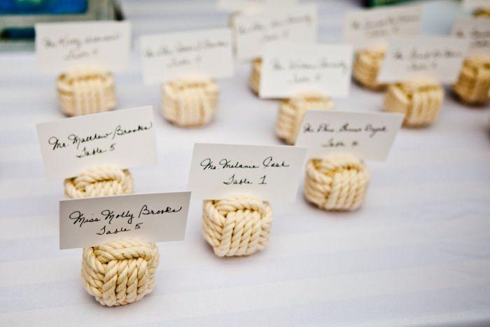 petit cube en corde blanche avec étiquette blanc avec nom invité et numéro de table, deco mariage a faire soi meme originale