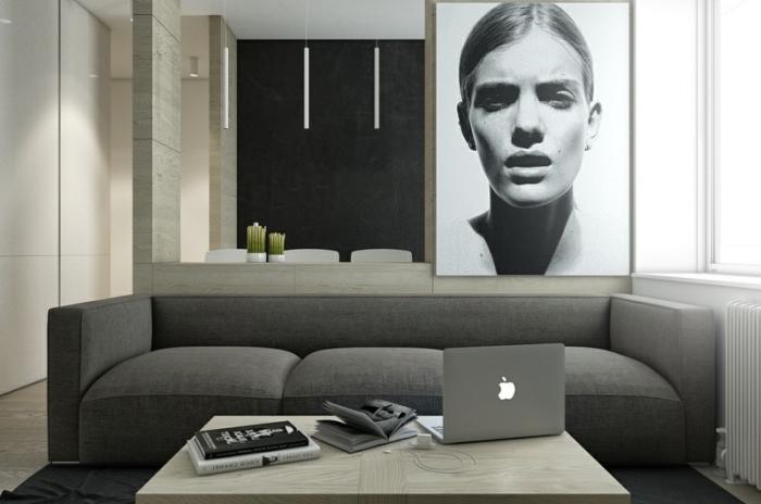 déco de salon moderne aménagé en couleurs neutres avec murs beige et pan de mur gris anthracite combiné avec finitions en bois clair