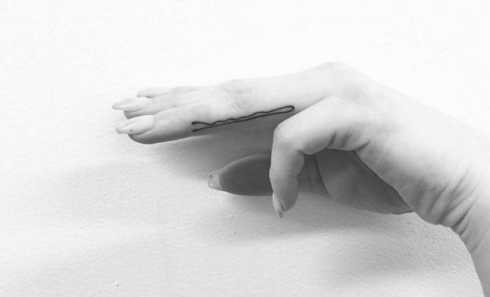 idée de tattoo original et simple, modèle de dessin en encre réalisé sur un doigt à design pour homme et femme