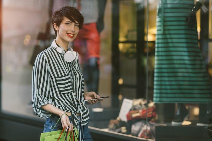 coupe de cheveux dégradé pixie long avec une mèche sur le front, coloration chatain, femme chemise à rayures
