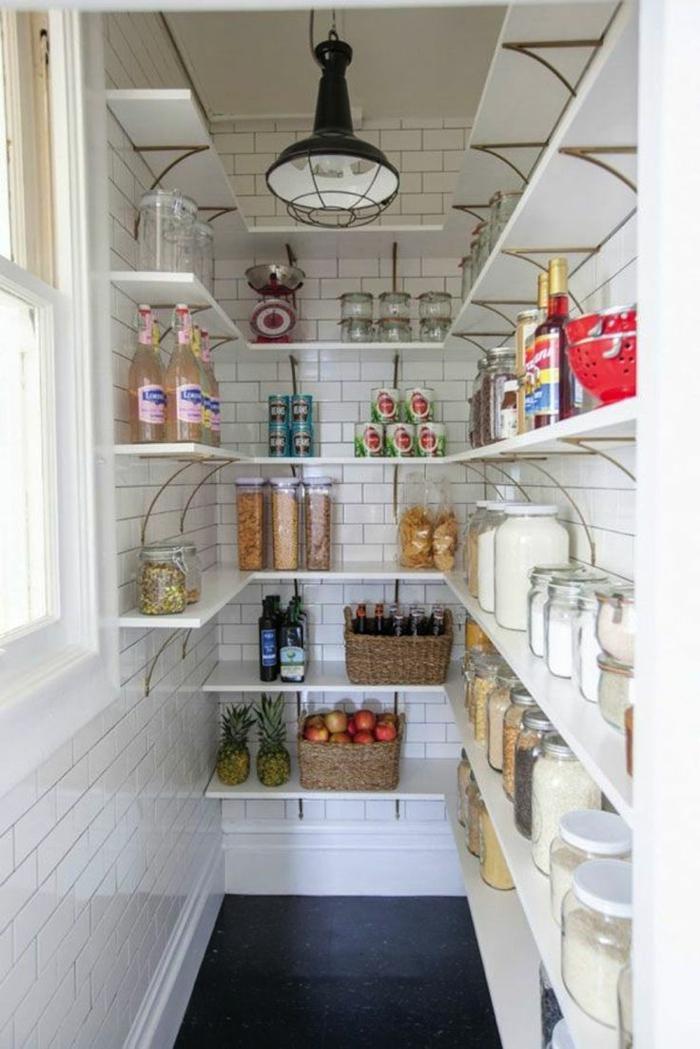 rangement tiroir, amenagement placard cuisine, meuble de rangement cuisine, étagères blanches, luminaire suspendu en métal noir