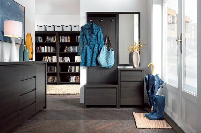 comment choisir son placard entrée, meuble en bois foncé, parquet chevron, grande commode et haute bibliothèque